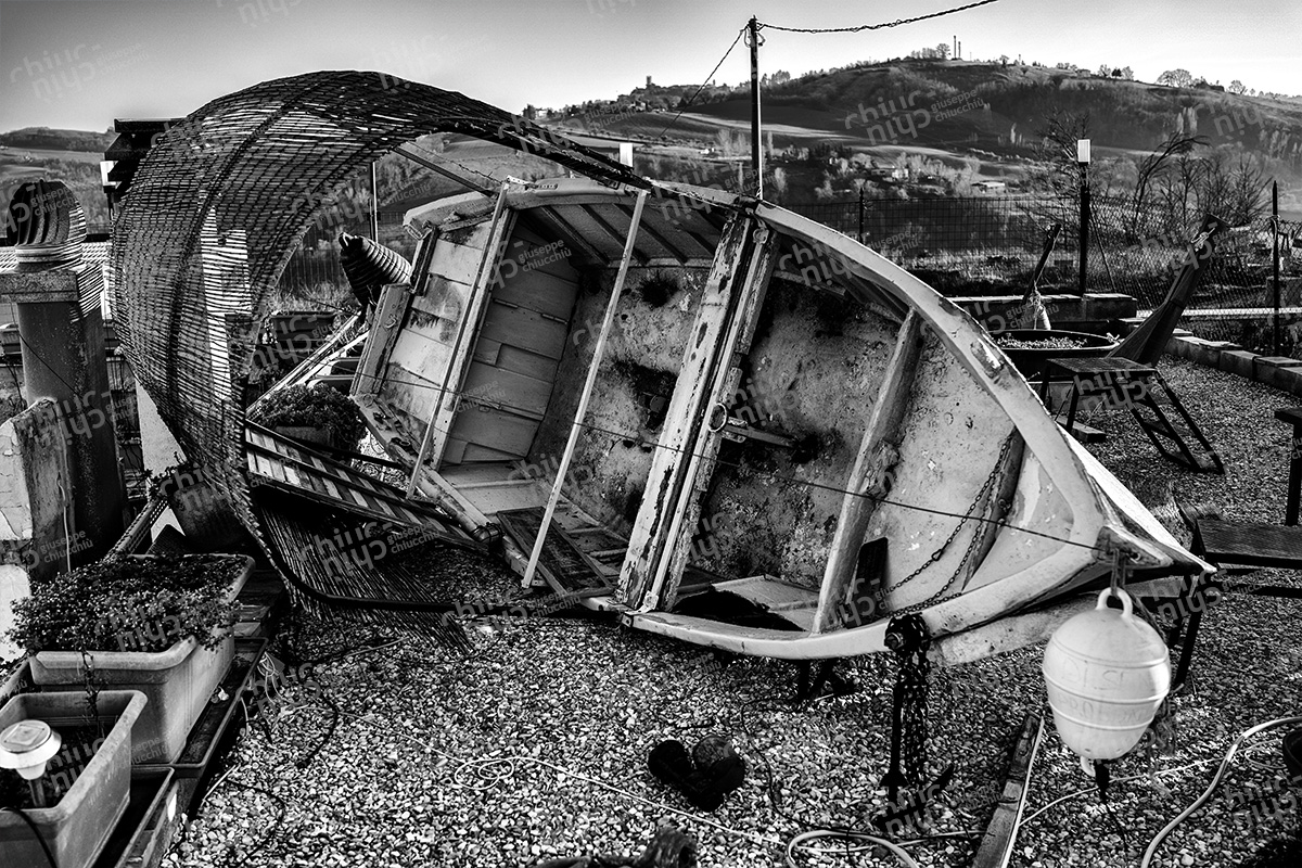 Italy - The wind overturns the boat on the roof